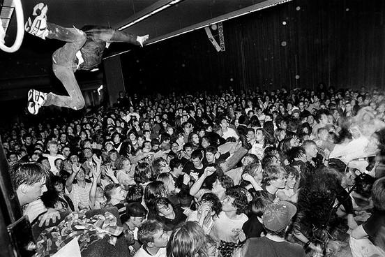 "Фанаты на концерте ""Nirvana"" в 1990 году"