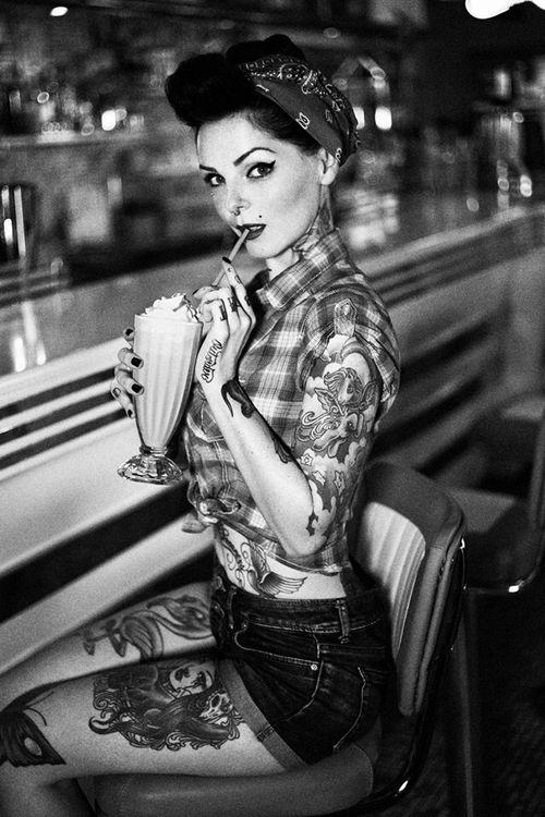 Примерно так выглядели девушки. Татуировки и пирсинг появились позже.