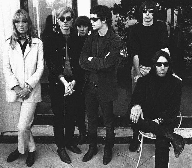 Velvet Underground (с певицей Нико и Энди Уорхолом). Ниже