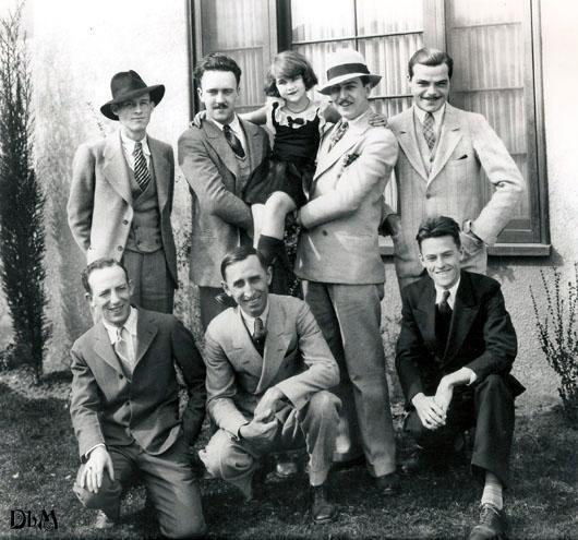 """Команда """"Walt Disney Studio"""". Здесь можно разглядеть Юба Айверкса и Уолта Диснея, держащих Луис Хардвик - четвертую и последнюю девочку, сыгравшей Алису. Средний снизу - Рой Дисней."""