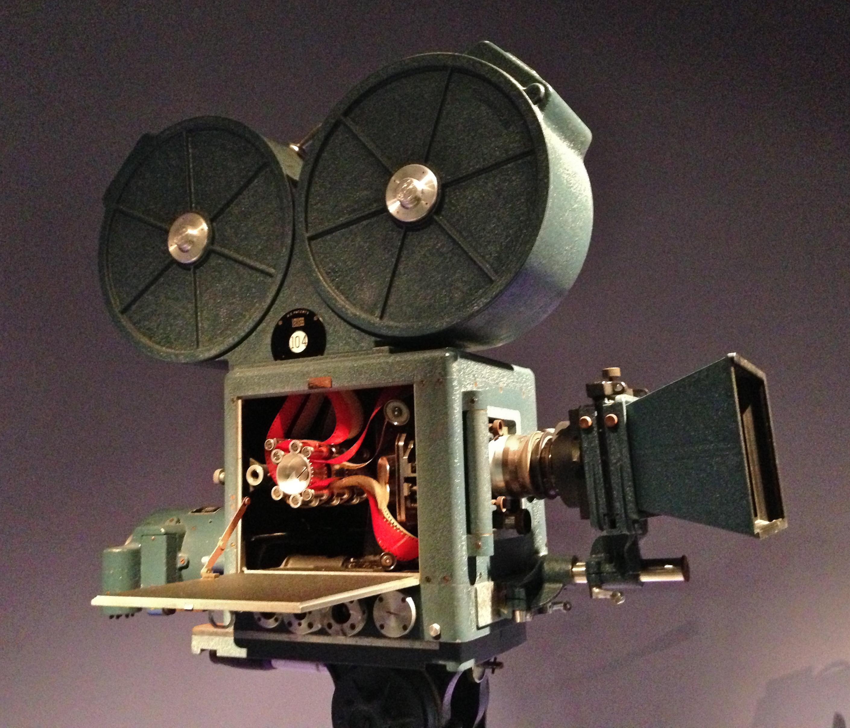 Камера, которой снимали каждый рисунок, в следствие чего он становился цветным. Кстати, бобины на камере подозрительно напоминают уши Микки Мауса